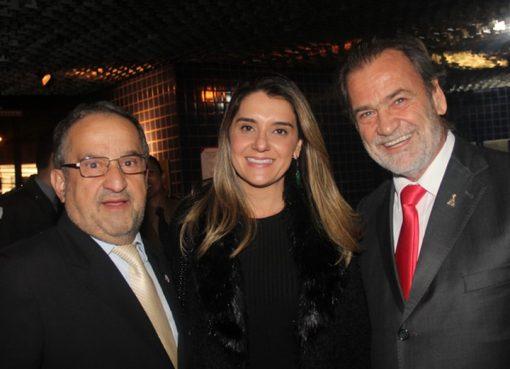 Este colunista, Carolina Pimentel e Durval Ângelo, em solenidade da entrega do Troféu Tancredo Neves - Crédito: Eloy Lanna